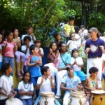 Mestre Cabello com as crianças da Escola Pluricultural Odé Kayodê