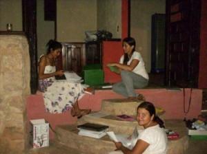 Renata, Mick e Adriana - educadoras separando atividades