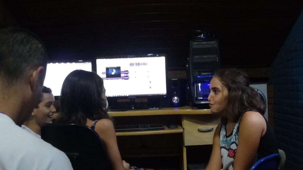 Maya, Kamilla e Cauã Silva pensaram, gravaram e editaram o programa desta semana.